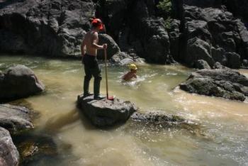 Arbeidere lager til gyteplass i elven