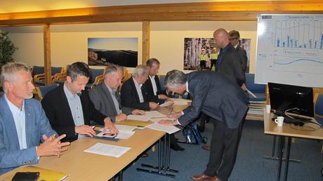 Direktør og ordførere signerer avtalen