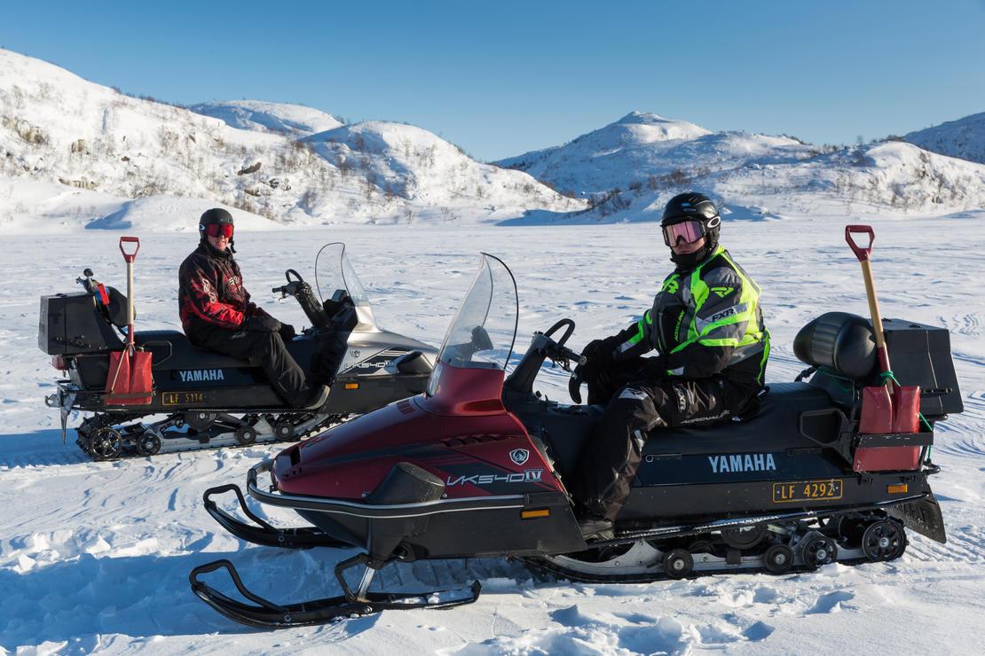 To menn på snøscooter