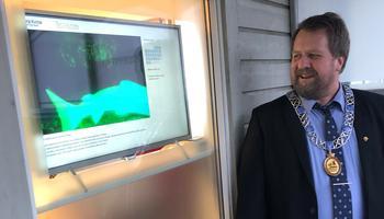 Ordfører ser på skjermen for overvåking av laks