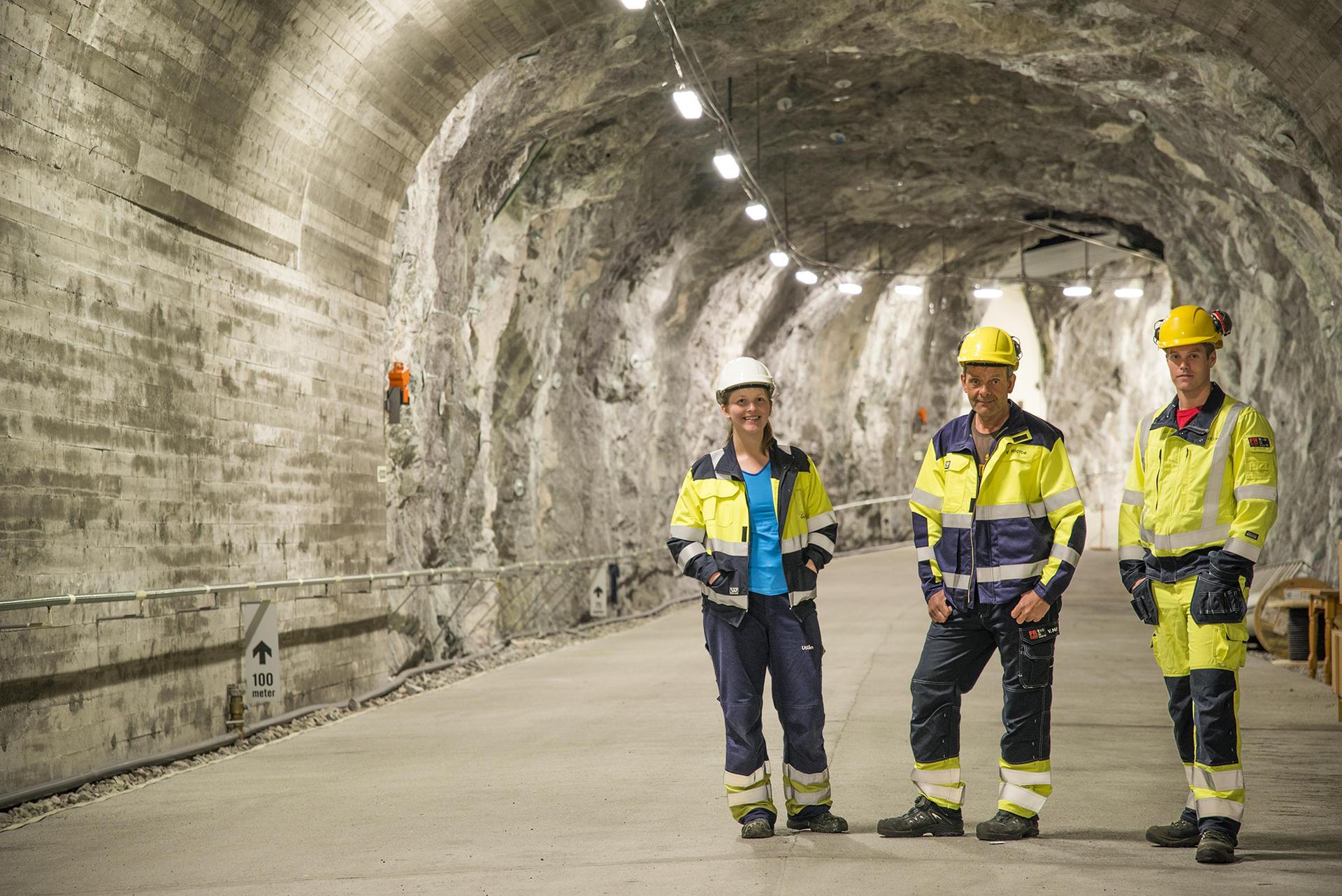 Tre personer inne i tunnel